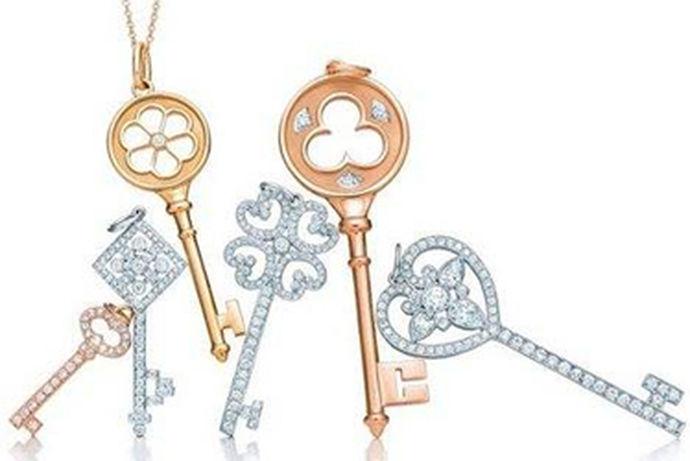 蒂凡尼Tiffany是全球知名的珠宝品牌,也占据世界十大珠宝品牌的其中之一,也是很多女孩的梦。最得女孩们欢心的就是蒂凡尼Tiffany的六爪镶嵌钻戒,很多新人都会选择这款钻戒作为婚戒。但是蒂凡尼Tiffany是属于高端奢侈品,价格也比较昂贵。