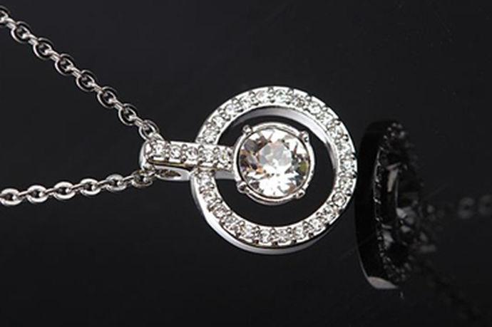 施华洛世奇Swarovski凭借精湛的工艺和打磨技术,神奇的把玻璃饰品打造成能够绽放出钻石般璀璨光芒的饰品,硬是把玻璃给卖出了水晶的价格,它不仅深得普通消费者的喜爱,不少明星也对它爱不释手。但是随着知名度的不断提高,市面上也出现不少假施华洛世奇Swarovski首饰,那么消费者应该如何分辨真假饰品呢?