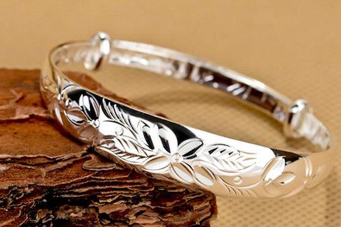 银手镯戴哪只手吉利是有一定的风俗的,同时也是老祖宗留下来的经验,银子具有试毒、排毒、安心定神等功效,对身体有非常大的好处,尤其是银子能够释放银离子,可以说是肠道的清道夫,因此更为人们所喜爱。