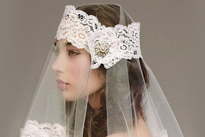 新娘头饰造型就是新娘在结婚当天所要搭配的造型,根据衣服的类型和脸型搭配发饰和头饰。新娘头饰造型的样式多种多样,今天让我们来了解一下新娘头饰都有哪些类型。