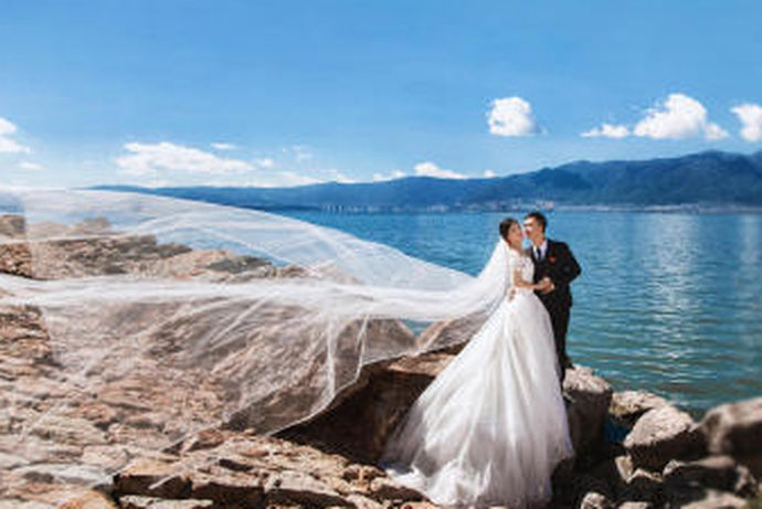 在美丽的海滨城市三亚拍婚纱照,除了拍传统的海景婚纱照,游艇婚纱照也越来越受新人的青睐,可以体验另类奢华的海洋风情,拍出高端大气唯美的婚纱照。那么三亚拍婚纱照多少钱就是新人最关心的问题了。