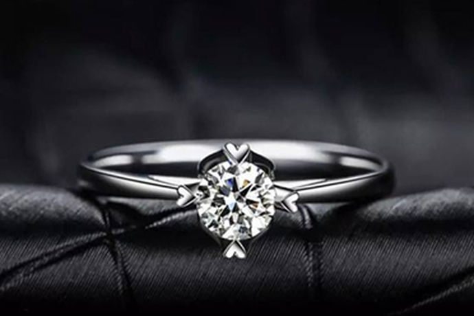 18k金就是指黄金含量在百分之七十五左右,18k金大部分都是用于首饰,所以在现在的首饰店里的黄金首饰大部分都是18k金,首饰上会有相应的显示,而钻石就是金刚石,在自然界中是最坚硬的物质,它的用途是非常广泛的,而让大多数人知道的就是作为钻石这个角色,其实钻石在工业中也是发挥了很大的作用。18k金钻石戒指顾名思义就是用18k金和钻石做成的结婚戒指。