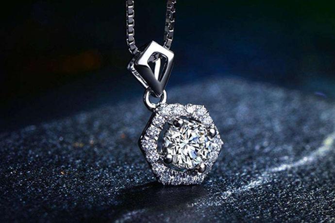 18k金就是指黄金含量在百分之七十五左右,18k金大部分都是用于首饰,所以在现在的首饰店里的黄金首饰最常见的就是18k金,而且金首饰上会有相应的18k金显示,而钻石就是金刚石,一种纯碳组成的矿物,它在自然界中是最坚硬的物质,而它的用途也是非常广泛的,但大多数人知道的就是作为钻石这个角色,其实钻石在工业中也是发挥了很大的作用。18k金钻石吊坠顾名思义就是用18k金和钻石做成的吊坠。
