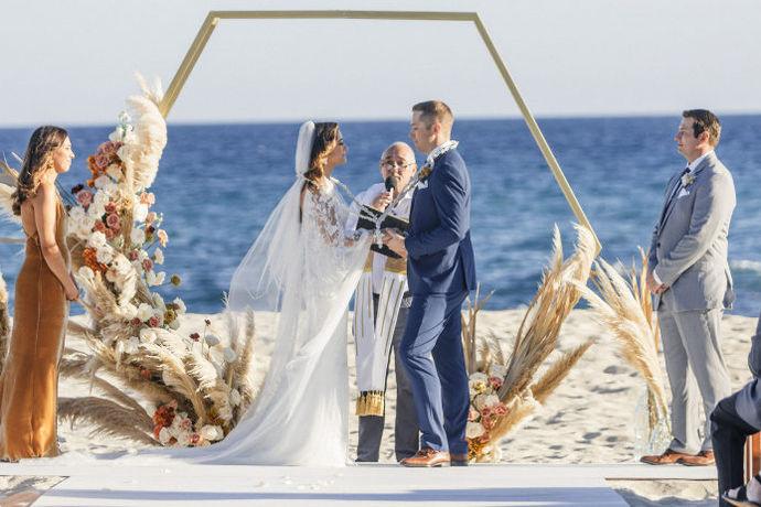 证婚人婚礼致辞精选是指在婚礼当天证婚人可以在婚礼上说的一段话,一般包括对新人新婚的祝福还有就是对他们婚后生活的寄语,婚姻是生活的另一段旅程,自然需要有更多的仪式感,证婚人扮演的角色在婚礼上也是十分重要的。