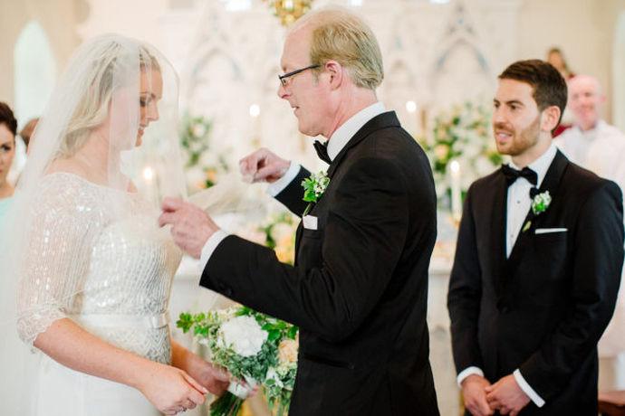 参加朋友的婚礼,除了需要带上礼金之外,还需要带上对于新人的祝福。结婚是人生大事,在一定程度上来说,婚礼的仪式是新人步入婚姻生活的一个关键时刻。而在婚礼上,朋友的贺词有很多,现代婚礼讲究氛围,所以大部分朋友之间的婚礼贺词都会轻松活跃一些。