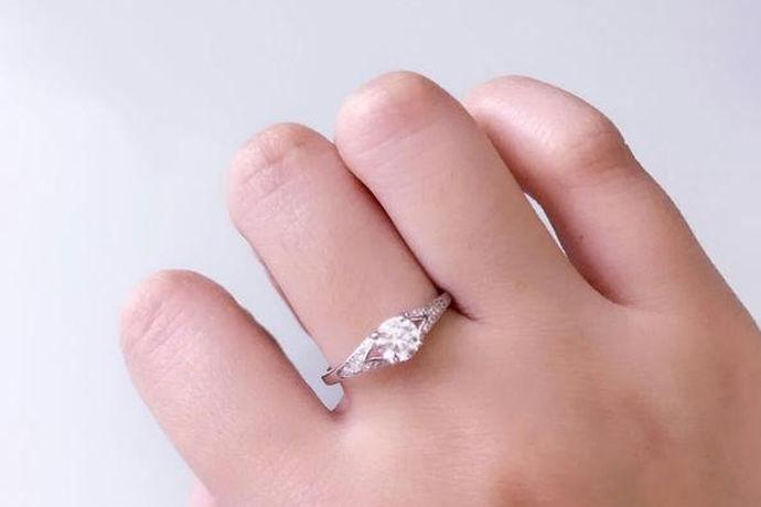 男士向女士求婚时都会购买一枚钻戒作为定情信物,也会有很多人趋向于一克拉钻戒,不仅有面子而且还有收藏价值,那么一克拉钻戒大概多少钱? 一般4C等级比较普通的一克拉钻戒至少需要5万多元。还有许多等级的一克拉钻戒,当然价格也各不相同。