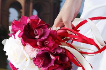 洁白的婚纱捧着鲜花是什么歌