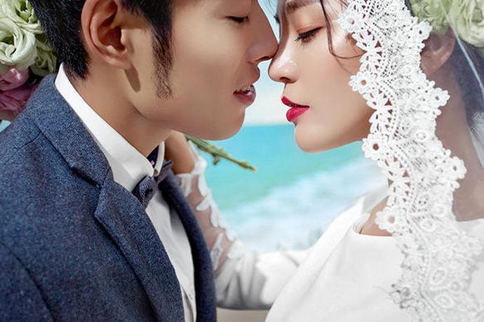 在郑州,大大小小的摄影楼、工作室有几百家,要选择一家给自己进行婚纱摄影,确实是一件挺费脑筋的事情。我们可以根据摄影楼与工作室的差别、自己的喜好、摄影风格来筛选适合自己的婚纱摄影,毕竟与一般的摄影比起来,婚纱摄影是对爱情走向婚姻的纪念,对爱情的美好定格,是一段美好而难忘的回忆。
