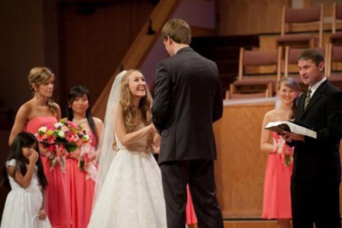 美国婚礼流程是指美国人在结婚时需要进行的一系列婚礼仪式。西方文化有其自己的特色,在结婚流程和婚礼仪式上也是与我国传统的婚礼仪式有一些差别的,无论是婚礼场地布置还是婚礼流程都是有不同之处,下文中我们就来了解一下,看一下西方的婚礼有什么特别之处。