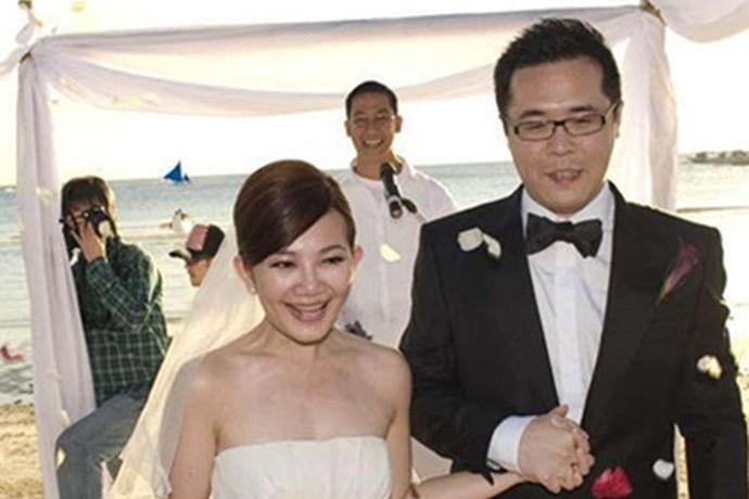 虽然求婚之时就会对自己的另一半表达爱意,不过说到正式,当然还是要在自己的婚礼上表达出自己的这份爱意,所以在婚礼的整个流程中才会有婚礼誓词这个环节。