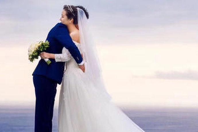 消费者可以针对摄影与造型参考亲友或网友实际的婚纱照片,也可以多翻阅市面上的新娘杂志,找出自己喜欢的风格,婚纱影楼提供的样本照片只能参考不能全然相信,在拍照前夕多与摄影师、造型师沟通,最好要用自己搜集来的婚纱照片展示给他们看,不同风格的婚纱照价格当然也会不一样。
