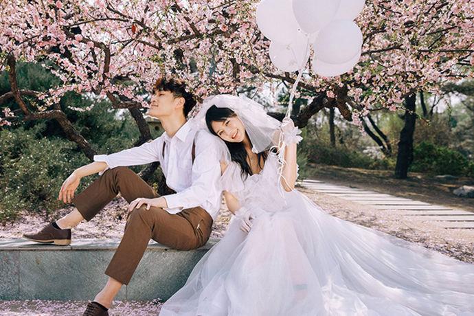 当然除了风景,云南的风土人情更是一块绚丽的瑰宝。所以在昆明拍摄婚纱照,能够融入当地的民情风俗,更能提高婚纱照的品味和情调。昆明哪家婚纱摄影好呢?