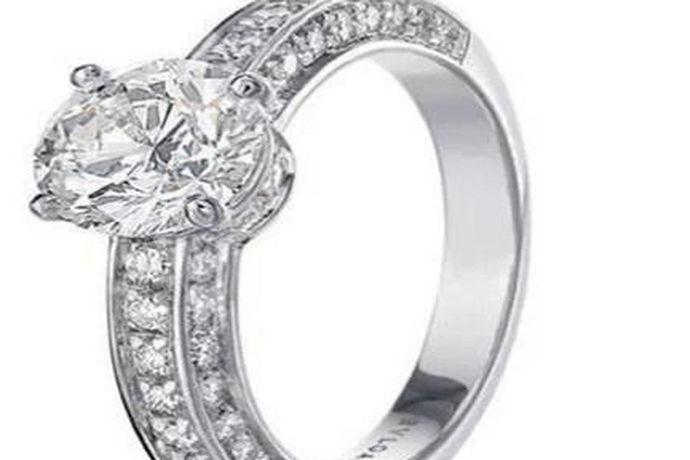 众所周知,钻戒是婚礼必不可少的信物。但是,由于大多数新人都是初次举办婚礼的,所以对于钻戒的价格都是一无所知的。那么,结婚钻戒一般多少钱呢?一、结婚钻戒一般多少钱?