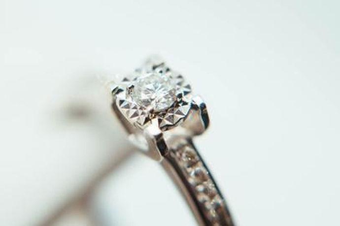 戒指在我们的生活中扮演着重要的角色,因为它不单单是普通的装饰首饰,它还是我们爱情态度的一种体现。戒指佩戴的位置不同,向人们传递的信息就不同,所以对于女孩来说千万不要随便佩戴戒指,那么到底怎么戴戒指才对呢?接下来我们就来看看女生戴戒指的含义。