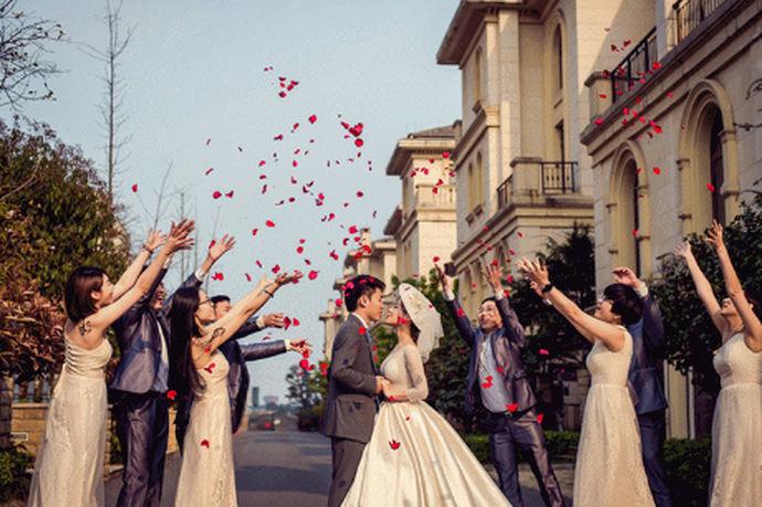 很多新娘会问:「婚礼当天到底要不要拍外景?」小编的建议是:只要时间允许,一定要拍!因为外景拍好了,相当于多了一套婚照!而且你之前即使拍了再多婚照,但只有婚礼当天的外景是穿主婚纱拍的,这意义就不言而喻了,比婚照还要宝贵的多!更何况婚礼当天拍的照片,都会记录下你那天所有的心情,未来再看到这些照片,当时的幸福、激动等心情都会再次涌现出来,所以婚礼当天的外景照不仅是照片而已,更是婚礼的宝贵记忆。