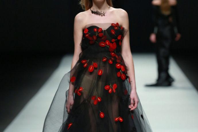 黑色婚纱代表忠诚的爱,象征着至死不渝的爱,同时也是理智的象征。但在中国,则比较推崇白色和红色的婚纱,对黑色大家并不怎么感兴趣。其实黑色婚纱应该是最高贵的婚纱,给人沉稳、幽邃还有些神秘的感觉。同时黑色婚纱散发着迷人的高品位以及满满的贵族气息,极具现代感。