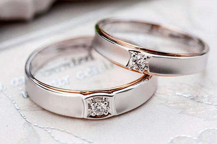 白金其实就是铂金的俗称(下面都称做铂金),铂金、黄金和k金是现在珠宝市场上较为常见的金属材料,铂金的稀有性要比黄金更高,自然价格也会比黄金略高一些,就珠宝的美感而言,铂金更多是一种内敛的美,它既比黄金高雅,又不似k金那般张扬,更多的是一种优雅的美。因此受到了广大消费者的喜爱,并常用于制作钻石戒指的戒托。