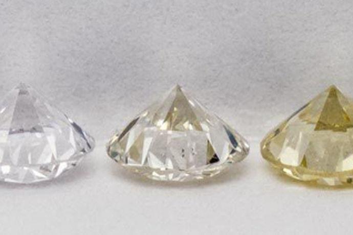 钻戒是时尚的标杆,钻戒的流行程度不亚于其他的装饰物,求婚要买钻戒,结婚也要买钻戒,可以说钻戒在我们的生活中还是充当着比较重要的角色的,而且克拉数大于1的钻戒和黄金钻戒等都是有收藏价值的。现在佩戴钻戒的人越来越多,市场上的钻戒也是鱼龙混杂,你没有火眼金睛的话,小心中圈套,因此我们购买钻戒的时候,就要学习和了解买钻戒需要注意什么,这样才能防患于未然,觅得一枚合适的钻戒。
