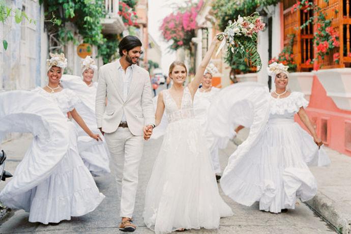 现在一对新人结婚,拍一套美美的婚纱是必不可少的,那么拍婚纱照价格一般是多少?成了即将步入婚姻殿堂的新人们,一个关注度问题。