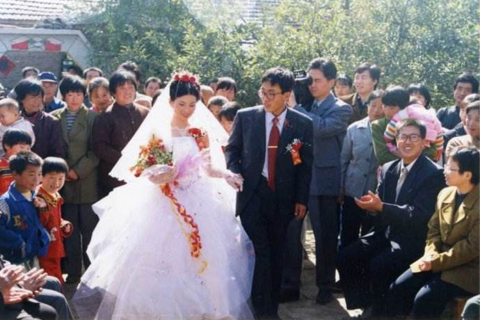 恋爱很容易,但结婚确要面临很多繁琐的是情,两个人从恋爱到结婚很不易,都听过七年之痒,能在一起走七年就很不容易了,在一起18年,已经从爱人变成了必不可少的家人。那结婚18年是什么婚,在结婚纪念日命名中,将结婚18周年命名为了一个很美很浪漫的名字,即绿松石婚。绿松石是一种很珍贵、很古老的宝石,藏族人民们尤其喜爱绿松石,因而在很多藏族佛教的佛像里,我们都可以看到这种象征着永恒的宝石。祝福能在一起18年的