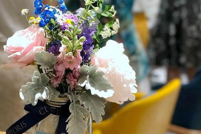 花艺师是一种花的艺术的职业,很多人对花都非常的感兴趣,所以很好奇自己能不能去当个花艺师呢?花艺师一说起来,大家都会觉得一般都是女生担任,那么男生可以担任花艺师吗?花艺师又适合什么样的人呢?下面我们就来详细地了解一下花艺师的的工作以及它到底适合什么样的人?