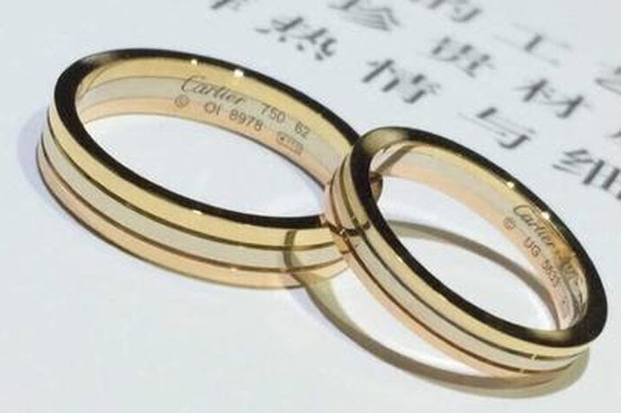 如何测量戒指的尺寸?特别是对于求婚的男士来说,为了给女朋友一个浪漫的惊喜,戒指可以提前准备好。女朋友的尺寸怎么能偷偷的得到?你不能因为尺寸问题而影响婚姻大计。