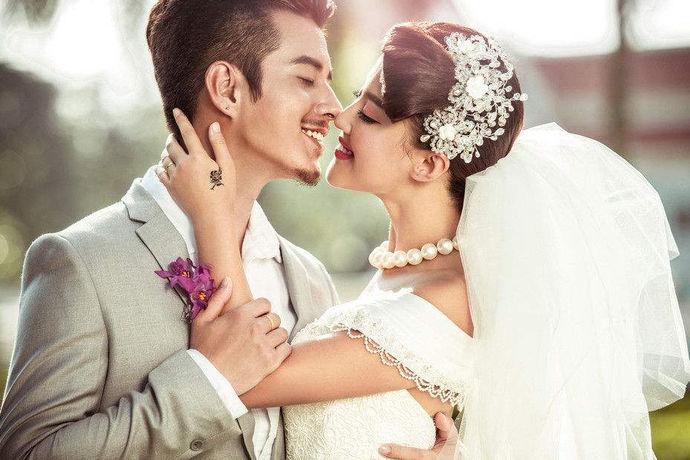 和浪漫风的韩式婚纱照相比较而言,欧美婚纱照的色调相对来说,更加的稳重光影的质感,也更为硬朗一些,因此,很多人都很喜欢这种典雅格调的婚纱照造型,在拍摄婚纱照的时候,如果不知道如何选择适合自己的婚纱照造型,也不知道自己理想中的婚纱照应该是什么样子,可以去参考一下欧美婚纱照图片大全,其中有很多非常不错的效果图,都能够给大家一些灵感,拍出好看的照片出来。