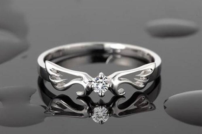 珂兰钻戒的档次并不低,而价格又具有不错的性价比,那么珂兰钻石钻戒多少钱呢?钻石戒指的价格,了解的人都是知道主要由钻石的4C等级决定,而等级越高价格就越高这是不言而喻的。