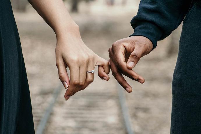 结婚时,结婚用品有很多,也越来越丰富,礼服、新婚信物、新婚赠言、新婚誓言,新人礼服讲究里外全新,所以衬衣、内衣、鞋子、袜子、皮带、领带 、饰物等 都要考虑,新娘礼服最少两身,也可以猪呢比三身礼服。新婚信物最常见的就是结婚戒指和珠宝,也有彼此为对方准备的一份有纪念意义的婚前保密的礼物,在婚礼上相赠,这也是从古至今,代代流传下里的风俗习惯。那么结婚对戒戴在哪个手指呢?
