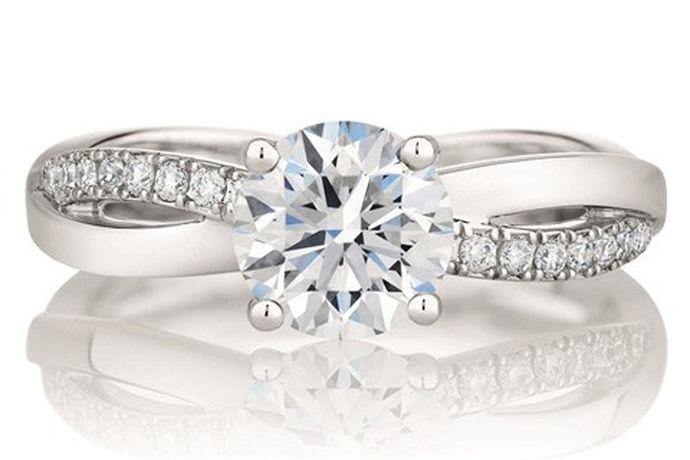 一个戒指可以是一个希望;一个戒指可以是一个失望;一个戒指可以结束一段热情;一个戒指可以得到一个真心。订婚和结婚都需要一枚美丽夺目的戒指。本文将详细介绍订婚戒指多少钱。