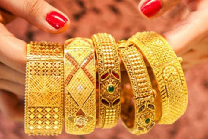 黄金镯子是很多女性喜欢佩戴的首饰之一,黄金是一种财富的象征,而越重的黄金手镯价格也就越贵,现在很多人在选购结婚黄金首饰的时候选择30克的黄金手镯,30克黄金手镯佩戴起来不仅有面子,而且更是贵气十足,很多人关心黄金手镯30克的价格,那么黄金手镯30克大概多少钱呢?