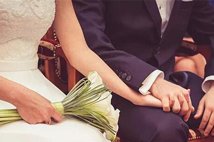 筹备婚礼时,新人需要注意很多问题。其中,结婚过程中,新郎接新娘流程就需要注意很多细节。在接新娘途中,新郎接新娘的流程是怎样的,让我们一起了解一下。 结婚当天,新娘要早早起床打扮一番,穿好婚纱、戴好头纱在家里等待新郎的到来。而新郎要带着车队将新娘风风光光、甜蜜幸福的接到婚礼现场举办婚礼。如何能将新娘风风光光的接走呢,让我们一起看看结婚时,新郎接新娘的流程。