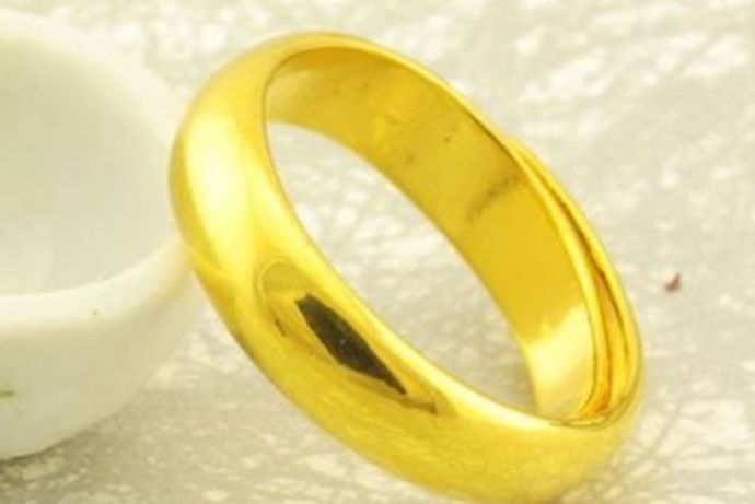 经常看到很多男士喜欢黄金戒指,一般形状比较宽,那么把戒指分男士女士,男士黄金戒指有什么样的款式,男士黄金戒指多少钱呢?还有男士金戒指一般多少克都是大部分人想要了解的问题。
