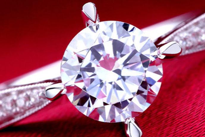 可以两个都买,也可以只买一个。对戒是在婚礼上,二人互相交换的信物,是婚姻的象征和见证。钻戒通常用于男士向女士求婚时使用,代表两人结婚的意愿。如果预算允许的话,最好两个都买。如果预算比较低的话,可以只买结婚对戒或一枚钻戒配上一枚男士戒指。