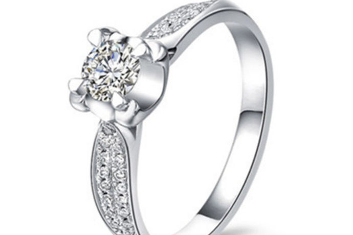钻石是金刚石的一种,由于钻石的折射率高,在灯光下看起来熠熠生辉,成为女士最喜爱的宝石之一。钻石珍贵而十分美丽,它历经的是无数王朝的更替,还有自然和历史的沉淀,在这之后它更加光彩夺目。无论是以前还是现在,人们对钻石的喜爱从未减少,而且还与日俱增。现如今,人们在购买钻石前都会做好功课,了解钻石的更多知识。那么,你知道钻石1克拉等于多少克吗?