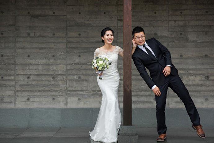说起婚纱,大家想到的应该就是 结婚用的服饰,也是在拍摄婚纱照时穿的服装。婚纱是婚礼现场新娘所穿的西式服饰,婚纱前身是白色圣袍,婚纱也可以单独指新娘身上穿的服饰配件,比如 头纱、捧花等等,婚纱的颜色款式包括文化,宗教等各种服装因素,白色的婚纱则代表内心的纯洁和童贞的象征。而婚纱照,顾名思义就是结婚时拍摄的照片,为了每情侣为了纪念爱情的照片,是每对情侣结婚前必不可少的环节。