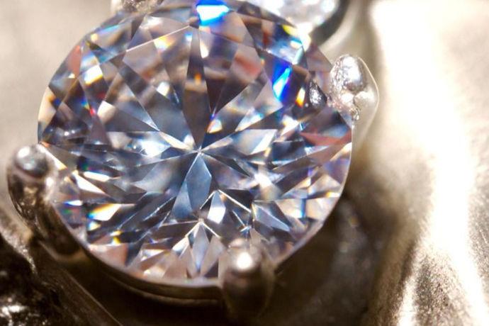 对于要结婚的青年男女,买钻戒是不是成为了你们头疼的一个问题?你是弄清楚了哪里的钻石最好。你知道怎么买钻戒吗?世界上存在着那么多钻石的品牌你是否又知道哪一款的性价比最高呢?下面我就来带你看一看吧