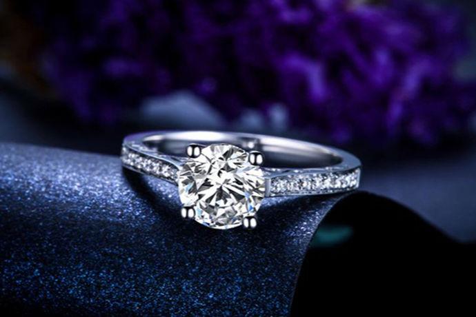在不断追随时代潮流的洪流中,不仅是订婚或结婚的人会佩戴戒指,其他人也会佩戴戒指。戒指戴在不同的位置有不同的寓意。戒指怎么戴分别是什么寓意呢?