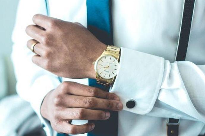 大家可能都会觉得戒指一般是女性才会比较喜爱的东西,佩戴戒指可以给自己增添魅力,让纤细的手看起来更加的漂亮。那么男人戒指的戴法是怎样的,男生戴戒指的含义你知道多少呢?