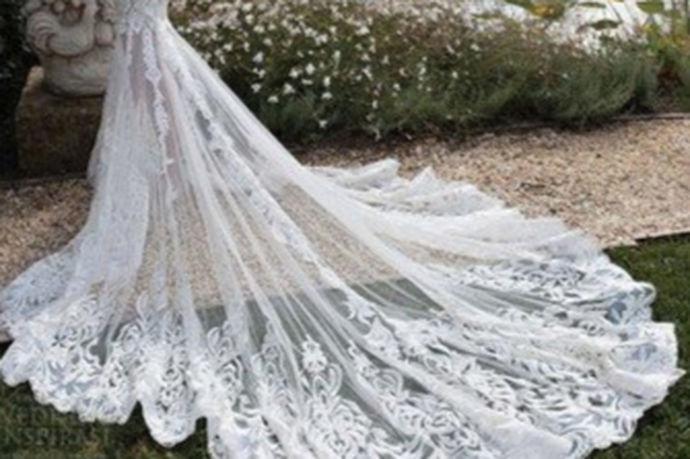 三亚这个地方不仅充满浪漫气息、风景秀丽,有着独特的沙滩风景,而且处于热带地区,一年四季气候都很适宜人停留。所以,三亚已经成为了很多新人拍婚纱照的首选之地。另外,三亚有很多婚纱店,去三亚拍婚纱照的新人就有很多不同的婚纱店选择。那么,三亚哪个婚纱店好呢?