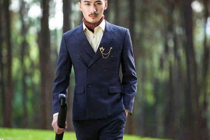 众所周知,穿西服是男士出席重要场合的的要求。而婚礼就是非常重要的场合之一。婚礼上的新郎一定要穿西服。西服有不同的款式,那么,结婚穿什么样的西服呢?