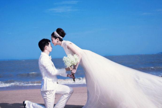 所有女孩都有公主梦。他们希望穿上漂亮的婚纱,娶他们心爱的王子,过上幸福快乐的生活。那么什么样的婚纱看起来更好更漂亮呢?下面我们来详细介绍一下:漂亮的婚纱照片集,为您推荐9件漂亮的婚纱,希望您会喜欢。