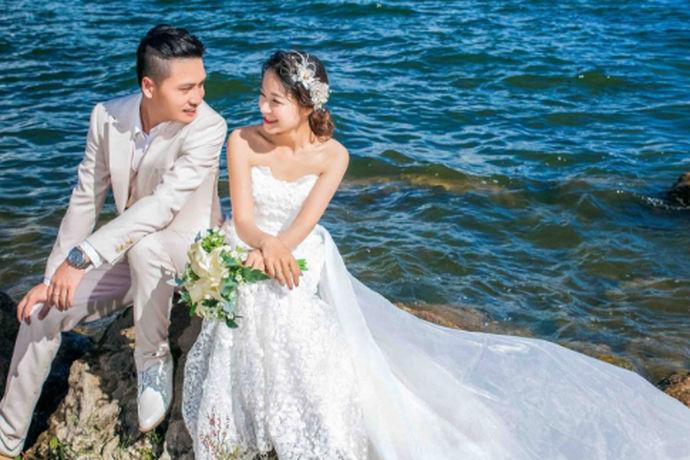 很多新人选择拍摄婚纱照的时候,都会想要知道婚纱照怎么拍?如何拍婚纱照才更加好看、更加适合自己就成为了新人拍摄婚纱照前最想了解的一个问题了。