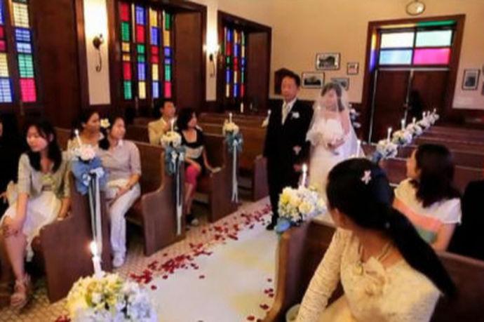 有人觉得,生活总要有点仪式感,而仪式感很强的人,会觉得每天都过得很浪漫。结婚就更少不了仪式感了,现在有不少新人都喜欢到教堂里结婚,虽说办婚礼的方式有多种,但举办教堂婚礼多少钱你知道多少呢?它与大多数在酒店办的婚礼可有所不同,这一条龙花费明细要了。而说到教堂婚礼,人们都会想到只有信奉基督教的人才会在在教堂举办婚礼。但是,时代在前进,人们的思想意识也都在提高,随着人们的思想观念在不断地提高、改变,