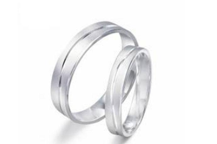 每一对坠入爱河的男女都梦想着拥有一对属于两个人的戒指,以表达他们对彼此深深的爱。当然,戒指是如此重要,以至于它们不能随便,要从众多的对戒品牌中精心挑选。面对市场上琳琅满目的戒指品牌,很多人感到无从下手。接下来就跟小编来盘点一下性价比高的对戒品牌吧。