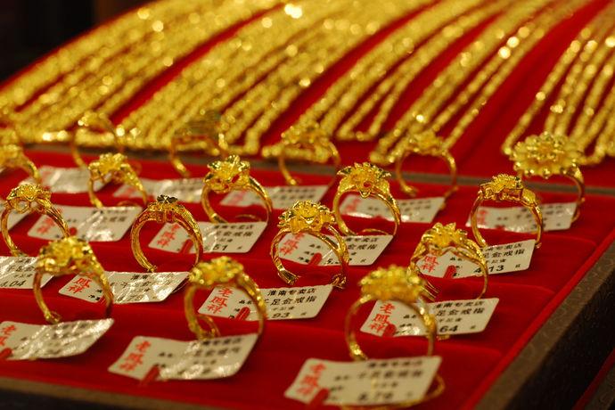 老凤祥黄金首饰一直是人们结婚以及选择平时佩戴首饰第一想到的黄金首饰品牌,老凤祥黄金首饰风格融入了传统和时尚的元素,不仅为老一代的消费者提供了最精致最大气的黄金首饰,爱时尚的年轻消费者也可以选出自己喜欢的老凤祥黄金款式。那么你知道它的黄金首饰多少钱一克吗?