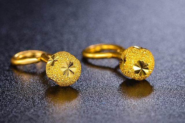1克左右的黄金耳钉图片