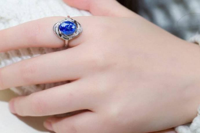 食指戴戒指无论是左手还是右手都是未婚的意思,但也有细微的差别。因为国内戴戒指通常讲究是左手婚姻右手爱情,所以戒指戴在左手食指上,表示自己是未婚,但是十分向往婚姻,感情状态是单身或者非单身未结婚;戒指戴在右手食指上,表示目前是单身状态,十分渴望一段爱情的到来。因此如果男生看到自己心仪的女生右手食指上戴戒指,就可以放心去追求了。