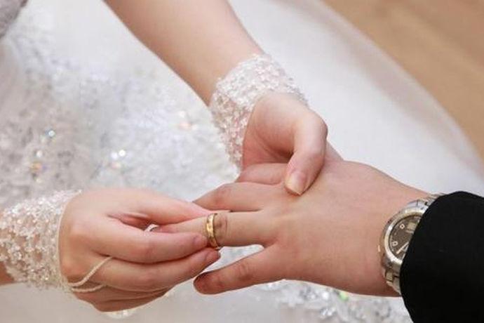 随着这几年戒指的款式越来越多,所以关于戒指的佩戴文化也会出现因为区域不同而发生不同,或者因人而异,那么,戒指戴无名指是什么意思,接下来告诉你。