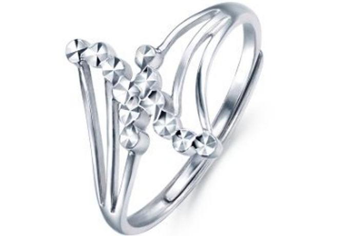 """有话说的好""""钻石恒久远,一颗就破产""""相对于钻石。如今,首饰的材质变得丰富多彩,有黄金,银质和白金等等。近些年来市场上属白金的首饰最受欢迎,而白金又分为铂金和钯金两种。由于铂金光线的色泽近些年来可能属铂金材质的首饰会更受欢迎,当今市面上有多种铂金,比如铂金999,铂金990等等,那么铂金999多少元一克呢?接下来就由中国婚博会带你做一个简单的了解。"""